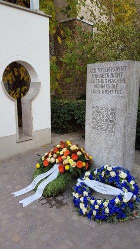 Der DGB Kreisverband Aschaffenburg-Miltenberg legte im Rahmen der Gedenkfeier einen Kranz nieder mit der Aufschrift: Nie wieder Krieg- Nie wieder Faschismus (stattdessen) Respekt – Solidarität – Menschenwürde.