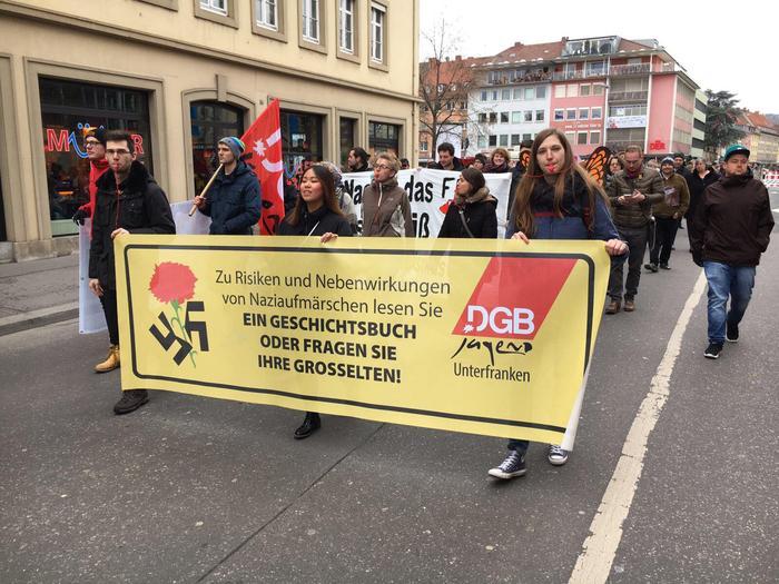 """Die DGB Jugend Unterfranken mit ihrem Transparent während der Demo """"Würzburg lebt Respekt"""" am vergangenen Samstag in Würzburg."""