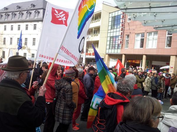 Deutlich mehr Friedensaktivisten als in den Vorjahren nahmen am 33. Würzburger Ostermarsch in Würzburg teil. Mindestens 250 Menschen folgten dem Aufruf zum 33. Würzburger Ostermarsch