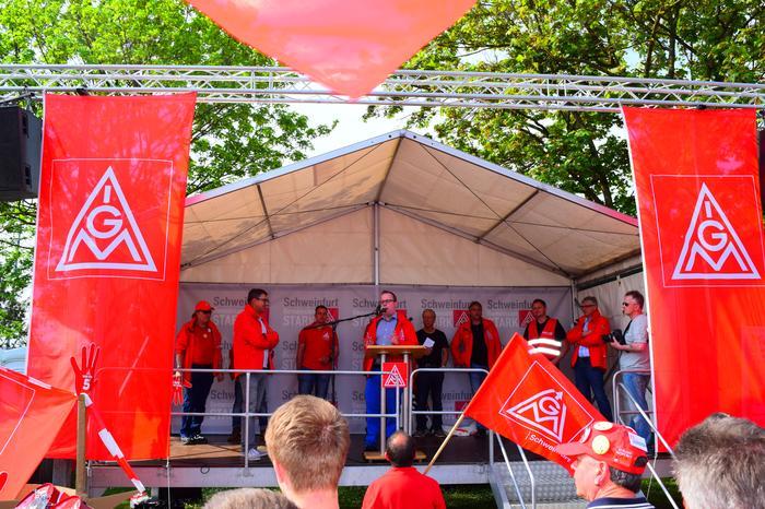 Bei der lautstarken und stimmungsvollen Kundgebung in Schweinfurt sprachen auch die Leiter der IG Metall- Vertrauensleute aus den Betrieben SKF, Bosch-Rexroth und ZF.
