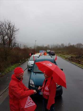 Eine ungewöhnliche sorgte Aktionsform für viel Aufmerksamkeit: ein mit roten Fahnen bestückter Autocorso durch Lohr und vier Kurzkundgebungen, an denen die 2. Bevollmächtigte der IG Metall Birgit Adam und DGB Regionssekretär Björn Wortmann sprachen.