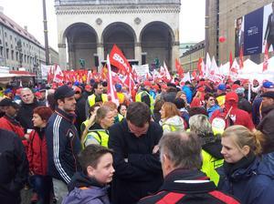 """DGB Vorsitzender Reiner Hofmann sagte vor den rund 2.500 Teilnehmerinnen und Teilnehmern: """"Die bayerische CSU darf mit ihrer dauernden Blockade gegen ein Gesetz zur Regulierung von Leiharbeit und Werkverträgen keinen Erfolg haben""""."""