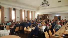 Blick in den Saal beim Heißen Stuhl in Schweinfurt