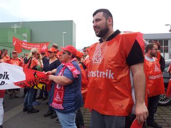 Anil Toka von der IG Metall Jugend Würzburg beim Metaller Streik in Marktheidenfeld