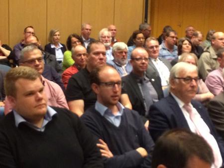Aus dem Publikum wurden zahlreiche Fragen gestellt.