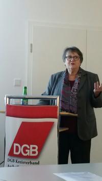 Die Referentin Dr. Hiltrud Höreth, Gleichstellungsbeauftragte der Stadt Aschaffenburg, stellte die wichtigs-ten Neuerungen zum neuen Pflegestärkungsgesetz (PSG) vor und warb dafür, sich aktiv mit dem Thema Pflege auseinanderzusetzen