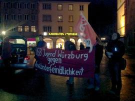 Seit mittlerweile 12 Montagen demonstriert der Würzburger Ableger der PEgIdA-Bewegung. Waren es zwischenzeitlich bis zu 250 Anhänger, gehen im Augenblick noch rund 100 Teilnehmer zu den WügIdA-Aufzügen. An allen Montagen gab es erheblichen Protest. Unmittelbar an der Aufmarschroute, aber auch während angemeldeter Demonstrationen und Kundgebungen fanden sich bis zu 2.000 WügIdA-Gegner zusammen.
