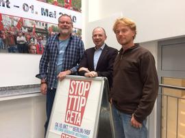 von links:Edo Günther (BUND Naturschutz), Frank Firsching (DGB Regionsgeschäftsführer Unterfranken) und  Jimij Günther (Kultur Pakt Schweinfurt)