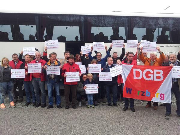 Mit vier Bussen aus Unterfranken waren Gewerkschafterinnen und Gewerkschafter aus der Region am Samstag nach München unterwegs, um ihre Solidarität mit Leiharbeiterinnen und Leiharbeitern bei während einer Kundgebung am Odeonsplatz zu zeigen. Hier die Kolleginnen und Kollegen aus Würzburg. Bei einem Zwischenhalt in Greding trafen sich die Würzburger Gewerkschafter zum Gruppenfoto: Wir lassen uns nicht spalten - Solidarität mit LeiharbeiterInnen.