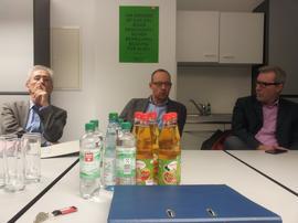 DGB Sekretär Norbert Zirnsak die Stadträtin Judith Jörg (CSU) sowie die Stadträte Alexander Kolbow (SPD), Antonino Pecoraro (Grüne), Uwe Dolata (FWG), Raimund Binder (ÖDP). Sebastian Roth (Linke) und Wolfgang Baumann (ZfW) begrüßen.