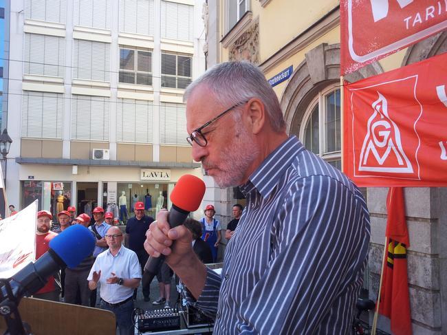 Walther Mann, 1. Bevollmächtigter der IG Metall Würzburg während seiner Rede am Vierröhrenbrunnen.