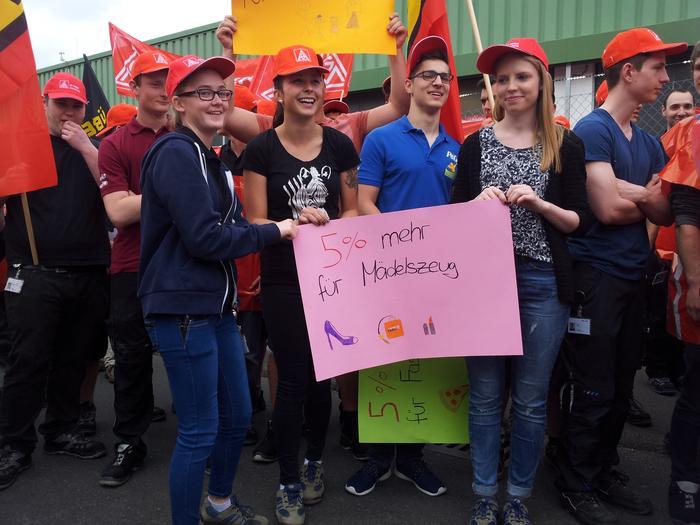 Junge Metallerinnen in Marktheidenfeld zeigen, warum sie mehr Lohn fordern