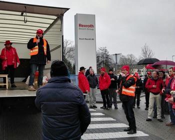 Eine ungewöhnliche sorgte Aktionsform für viel Aufmerksamkeit: ein mit roten Fahnen bestückter Au-tocorso durch Lohr und vier Kurzkundgebungen, an denen die 2. Bevollmächtigte der IG Metall Birgit Adam und DGB Regionssekretär Björn Wortmann sprachen.