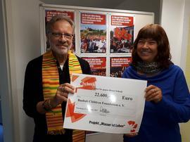 Am Mittwoch hat Walther Mann in Würzburg einen Scheck an Edith de Vos übergeben: 22.600 Euro sind zusammengekommen – damit wird jetzt die Wasserversorgung für das Jugendausbildungszentrum in Ghana gebaut.