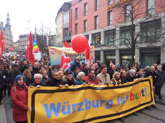 Gegen 14.30 gab DGB Sekretär Norbert Zirnsak den Startschuss für den Demonstrationszug, der in seinem Verlauf nach Angaben der Veranstalter bis auf 7.000 Menschen anwuchs. Die Polizei sprach von 5.000 Teilnehmerinnen und Teilnehmern.
