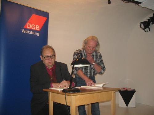 Der Musiker Peter Schüllermann (links) stimmt mit Dr. Guido Hoyer das Programm des Abends ab.