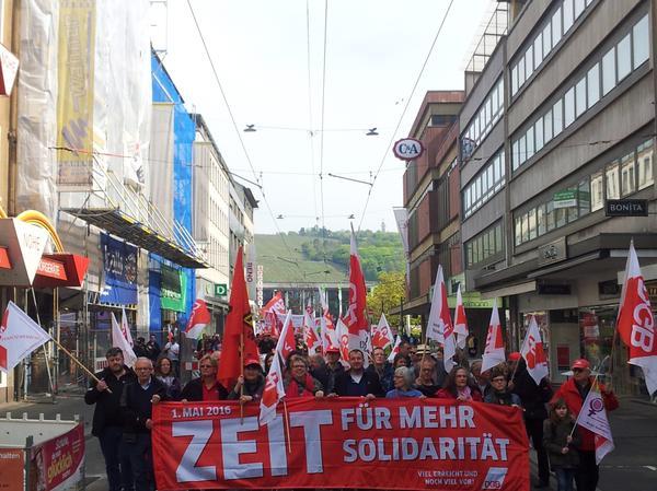 Fronttransparent bei der Demo. 900 Kolleginnen und Kollegen kamen zum 1. Mai nach Würzburg