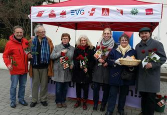 Am Mittag des internationalen Frauentags trafen sich vor dem Eingang der Aschaffenburger City Galerie 7 Kolleginnen und Kollegen, um 250 fair gehandelte Rosen sowie kleine Brote zu verteilen. Am Mittag des internationalen Frauentags trafen sich vor dem Eingang der Aschaffenburger City Galerie 7 Kolleginnen und Kollegen, um 250 fair gehandelte Rosen sowie kleine Brote zu verteilen.