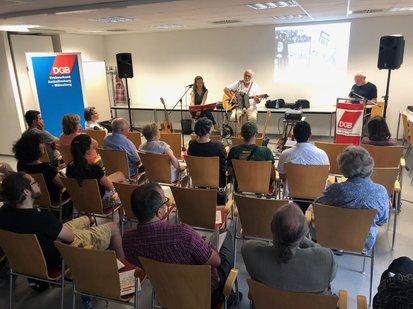 Liedermacherin Maren Sequens sang dabei im Duett mit Reiner Frankl Lieder zum Thema Krieg und Frieden. Martin Hahn, der im Heimat- und Geschichtsvereins Schöllkrippen wirkt, las Lyrik und Prosa.