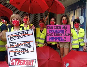 Aschaffenburg: ver.di hat die Beschäftigten von zwei Douglas Filialen in Aschaffenburg und in Würzburg zum ganztägigen Streik aufgerufen. Es gab eine gemeinsame kurze Streikkundgebung in der Herstallstraße in Aschaffenburg.