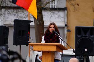 Monique Schober aus Haßfurt bei einem Auftritt im März 2016 in Schweinfurt. Schober spielt eine gewichtige Rolle in der rechten Szene. Seit ihrem Zuzug nach Unterfranken fanden aufgrund ihrer Initiativen Veranstaltungen statt, bei denen sich polizeibekannte Neonazis versammelten. Monique Schober ist in den sozialen Netzwerken und auf youtube aktiv. Dort verbreitet sie ihre Bekenntnisse und mobilisiert zu Kundgebungen und Demonstrationen. Schober unterhält enge Beziehungen zur NPD.