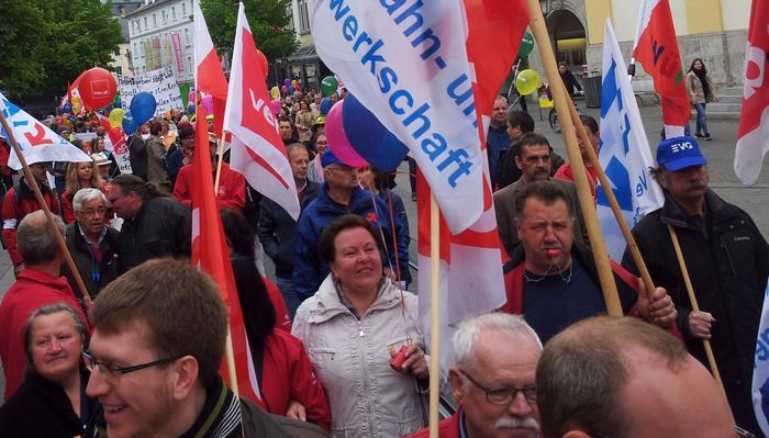 """In einem von der Grupppe """"Samba Osenga"""" begleitetem Demonstrationszug liefen die Kolleginnen und Kollegen vom Hauptbahnhof gemeinsam durch die Würzburger Innenstadt."""