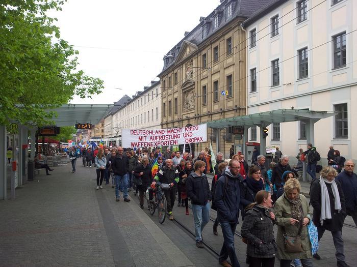 """250 Friedensaktivisten, darunter zahlreiche Gewerkschafterinnen und Gewerkschafter, folgten dem traditionellen Aufruf der Friedensbewegung rund um den Verein ÖKOPAX e.V. """"Deutschland macht Krieg mit Aufrüstung und Rüstungsexporten"""", lautete das Motto des 34. Würzburger Ostermarsches am 15. April 2017."""