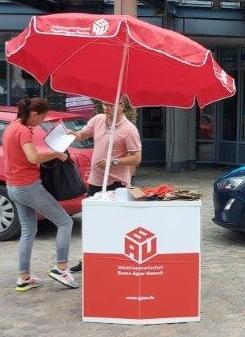 Der DGB Aschaffenburg hat unter dem Motto Solidarisch ist man nicht alleine den mittlerweile dritten Aktionstag Beratung auf dem Aschaffenburger Schlossplatz organisiert.