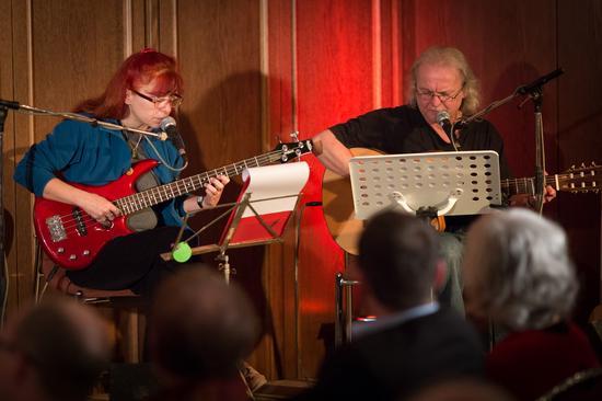 Peter Schüllermann und Sonja Stöcklein spielten Lieder der Arbeiterbewegung und umrahmten den Festakt musikalisch.