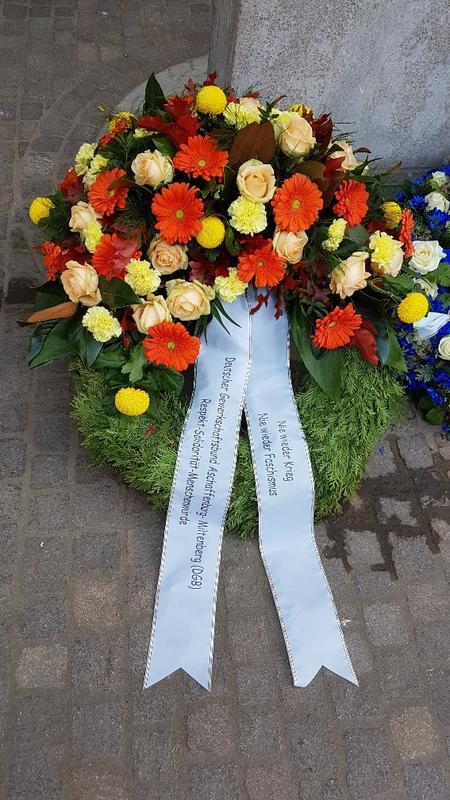 Der DGB Kreisverband Aschaffenburg-Miltenberg legte im Rahmen der Gedenkfeier einen Kranz nieder mit der Aufschrift: Nie wieder Krieg Nie wieder Faschismus: Respekt – Solidarität – Menschenwürde.