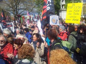 """""""TTIP und CETA gefährden demokratische, ökologische und soziale Standards und sollen eine konzernfreundliche Paralleljustiz schaffen"""", meint DGB Sekretär Norbert Zirnsak. """"Dagegen protestieren Menschen aus ganz Europa und von jenseits des Atlantiks gemeinsam, so der Gewerkschafter aus Würzburg."""""""
