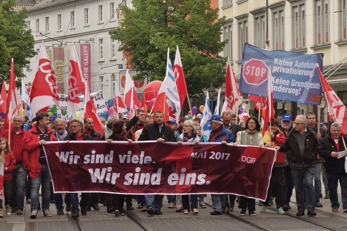 """Die traditionelle Demo und die Kundgebung des DGB in Würzburg zogen am 1. Mai 2017 viele Gewerkschafterinnen und Gewerkschafter an. In einem von der Grupppe """"Samba Osenga"""" begleitetem Demonstrationszug liefen die Kolleginnen und Kollegen vom Hauptbahnhof gemeinsam durch die Würzburger Innenstadt."""