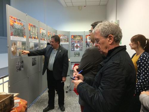Aribert Elpelt führt durch die Ausstellung