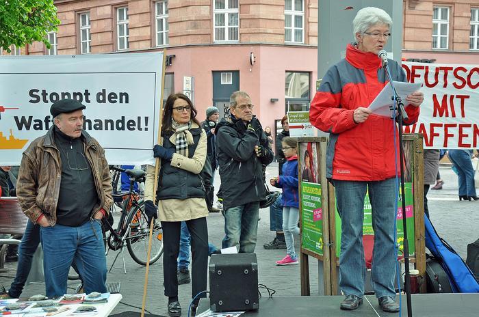 Uta Deitert von ÖKOPAX e.V. verwies darauf, dass Deutschland im Jahr 2015 seine Waffenexporte im Vergleich zum Jahr 2014 auf rund 13 Milliarden Euro verdoppelt habe, was zwischen vier bis fünf Prozent des weltweiten Handels mit Kriegsgeräten ausmache.
