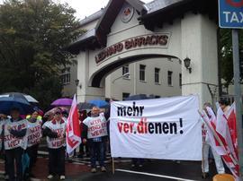 Streikende vor den Ledward Barracks