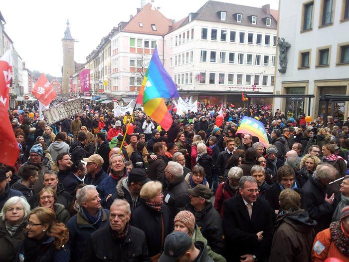 15.03.2015. Mehrere Tausend Menschen am Würzburger Domplatz. Sie folgten einem Aufruf zur Demonstration Würzburg ist bunt.