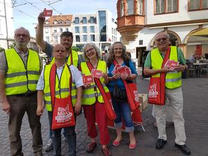 Kolleginnen und Kollegen in der Würzburger Innenstadt