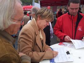Die Initiative campact war von der Beteiligung am Wochenende ebenfalls begeistert. Trotz vielerorts ziemlich durchwachsenen Wetters seien am Samstag an 3.700 Orten Unterschriften für die selbstorganisierte Europäische Bürgerinitiative gegen TTIP und CETA gesammelt worden. Etwa 250.000 Menschen haben unterschrieben.