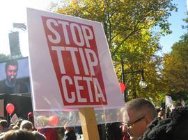 Mit Fahnen und Transparenten war die Botschaft des Tages klar: Eine breite Bewegung aus Gewerkschaften, Umweltverbänden, Künstlerverbänden und Globalisierungskritikern ist entschlossen, die TTIP Pläne zu Fall zu bringen