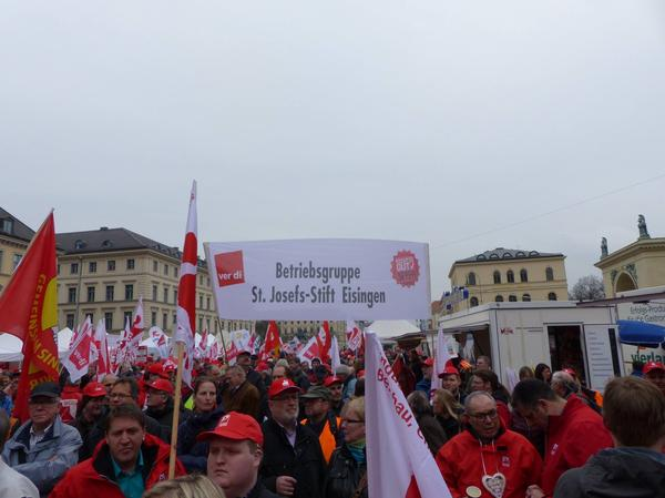 Mit dem Banner bei der Demo: Kolleginnen und Kollegen der ver.di Betriebsgruppe im St. Josef-Stift Eisingen.