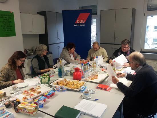 Zur Jahresklausur traf sich der DGB Vorstand am Samstag in den Gewerkschaftsräumen in der Randersackerer Straße. Die Vertreter der Gewerkschaften bezeichnen die städtische Wohnraumsituation als kommunalpolitisches Schwerpunktthema des DGB für das begonnene Jahr.