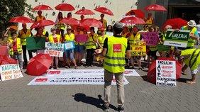 Aktion in Aschaffenburg bei Galeria Kaufhof. Der Streik für mehr Geld im Einzelhandel ist auch ein Kampf gegen die drohende Altersarmut, denn diese ist eine zentrale Bedrohung für die Beschäftigten im Einzelhandel.