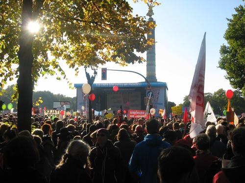 """Hauptbühne vor der Siegessäule. Die TTIP-Befürworter rund um Sigmar Gabriel und Angela Merkel dürfte diese großartige Demonstration ziemlich nervös gemacht haben. Noch kurz vor der Demo schmähten TTIP Befürworter die Aktiven des breiten Bündnisses als Opfer einer """"Empörungsindustrie"""" – und stempelten sie sogar als """"einfach strukturiert"""" ab."""