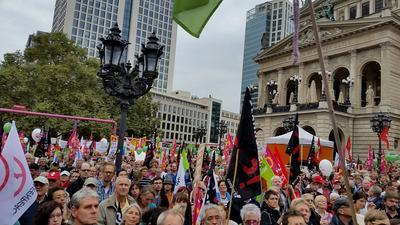 Der Frankfurert Opernplatz voll mit TTIP- und CETA Gegnern