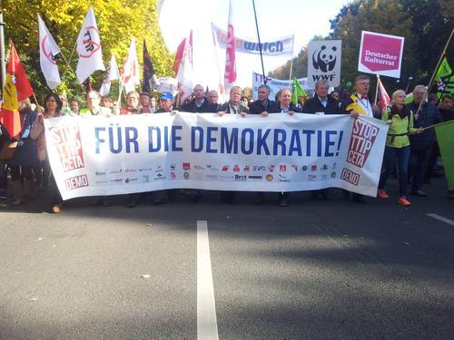 Demo Fronttransparent mit dem DGB Vorsitzenden Reiner Hoffmann