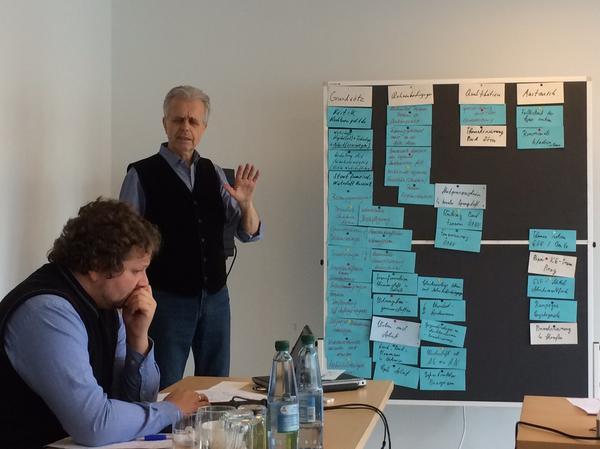 Dieter Scholz, stehend. Der ehemalige Vorsitzende des DGB Bezirks Berlin-Brandenburg gab Hinweise zu strukturpolitischen Notwendigkeiten aus Sicht der Gewerkschaften.