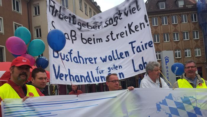Im Demonstrationszug machten beispielsweise die Busfahrer mit selbsterstellten Bannern auf ihre Lage aufmerksam.