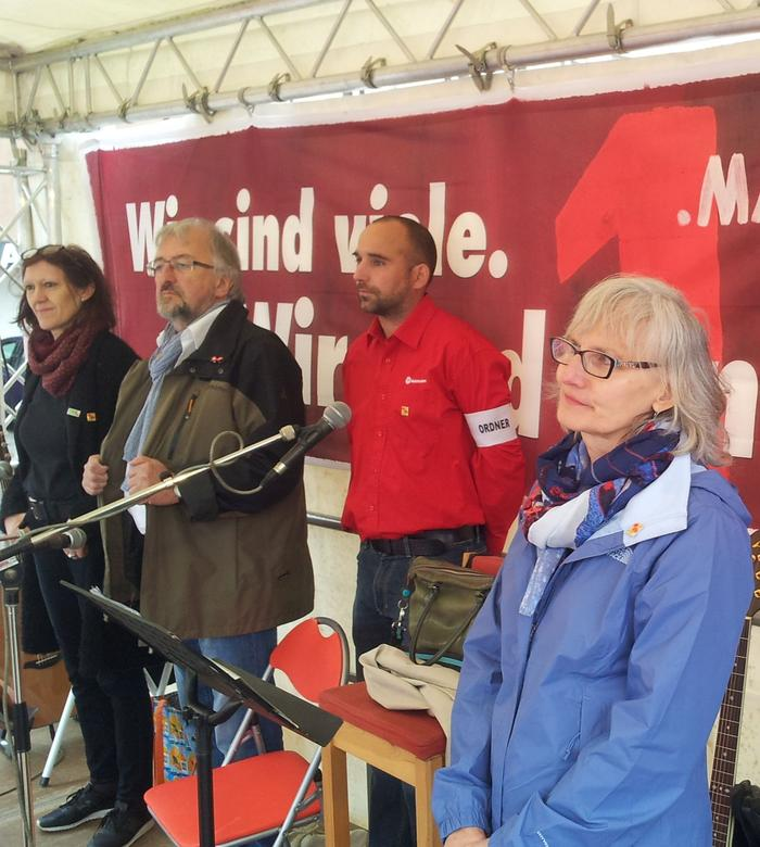Am Unteren Markt begrüßte die DGB Kreisvorsitzende Karin Dauer (rechts im Bild) die Teilenehmerinnen und Teilnehmer der Würzburger DGB Kundgebung.