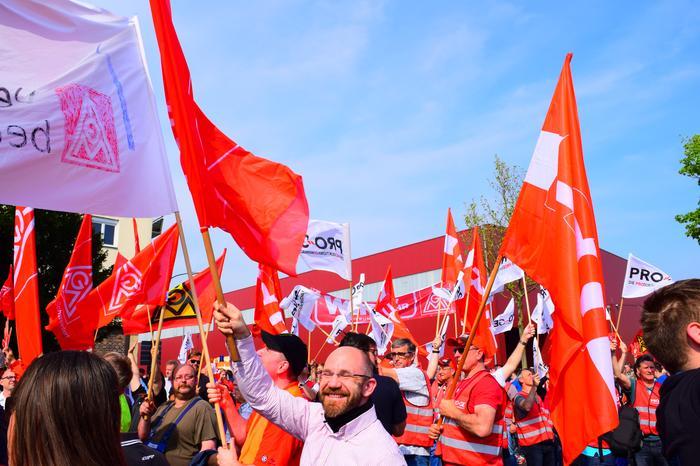 Ein Fahnenmeer in Schweinfurt. 5.500 Kolleginnen und Kollegen unterstreichen ihre Forderung im Tarifkampf