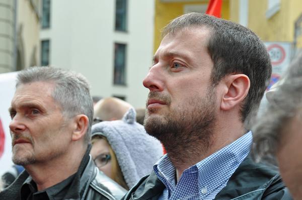 DGB Kreisvorstandsmitglied im Landkreis Haßberge, Thomas Dietzel (links) und der Würzburger DGB Gewerkschaftssekretär Norbert Zirnsak während der Abschlußkundgebung beim 33. Würzburger Ostermarsch am 26. März 2016.